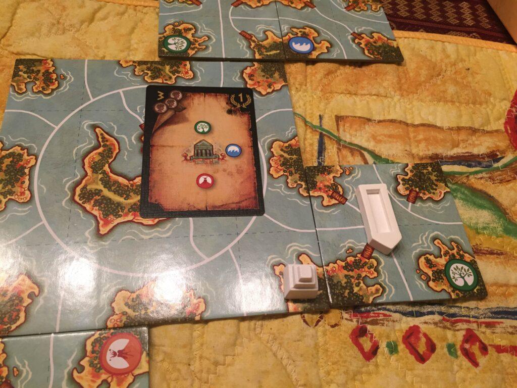 En karta. En grön resurs finns i norr om det nya templet, en blå österut och en röd söderut. Templet hittas på en ö där kriterierna uppfylls.