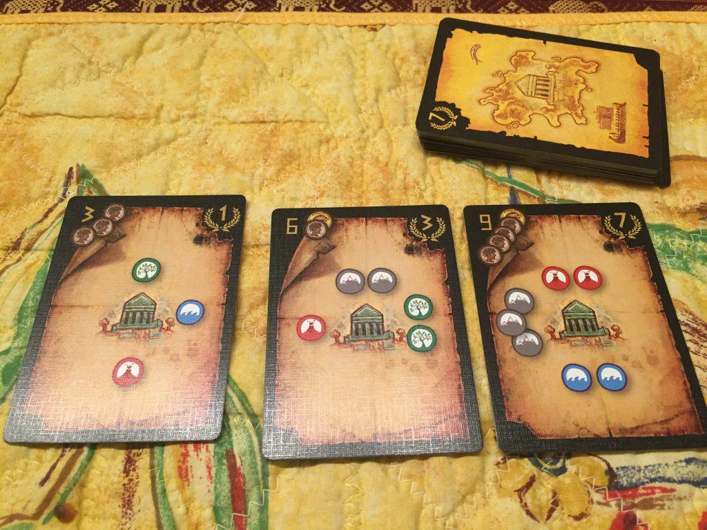 3 olika kartor. För den till vänster kostar det 3 drachmer att hitta templet och den ger 1 segerpoäng.