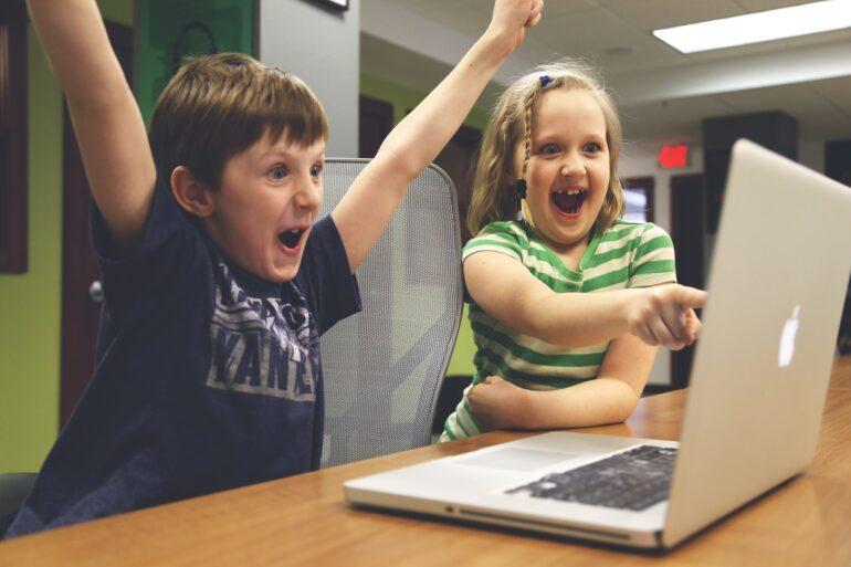 Glada spelande barn