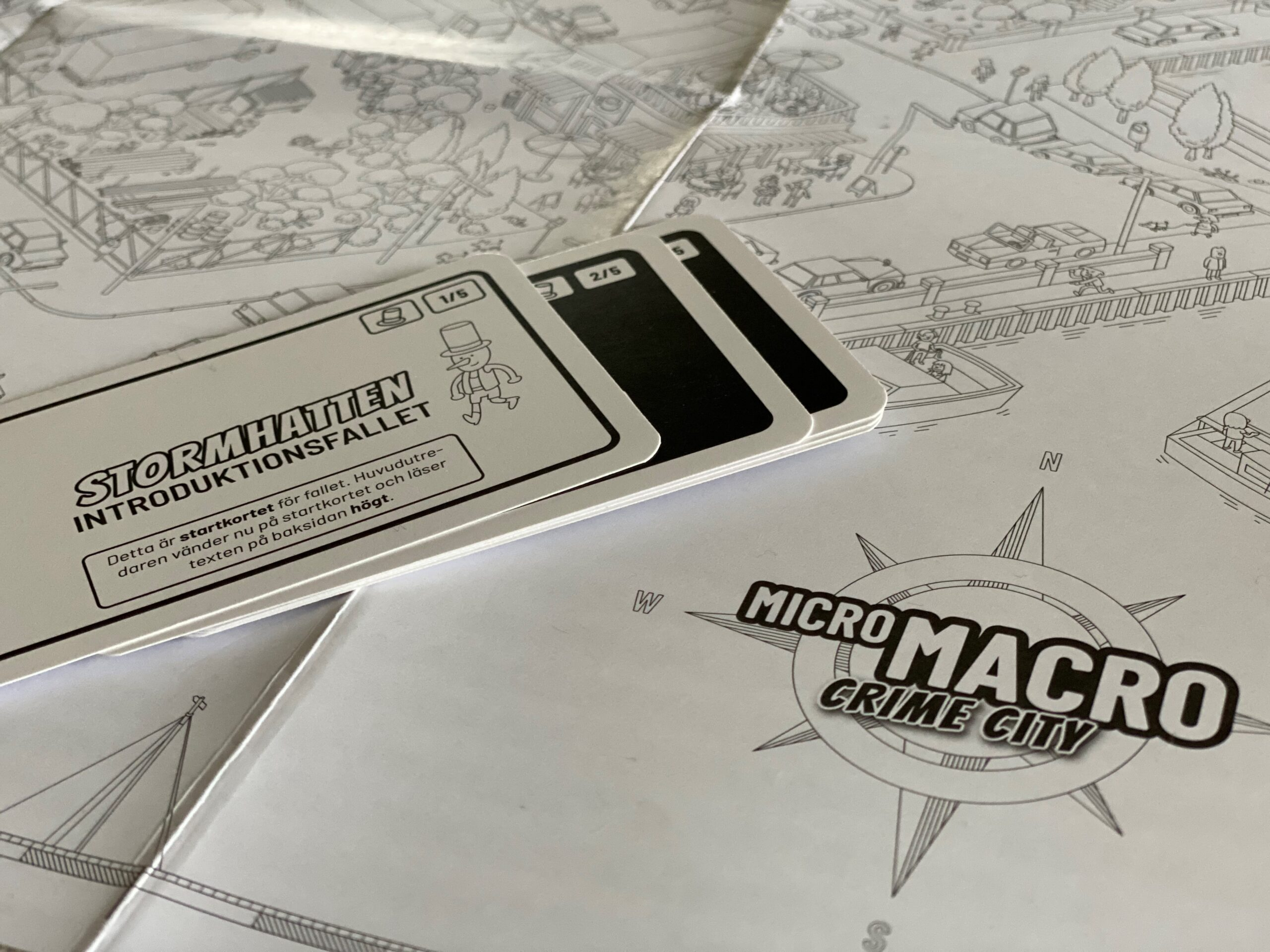 Spelet MicroMacro: Crime City. Närbild på en del av spelplanen
